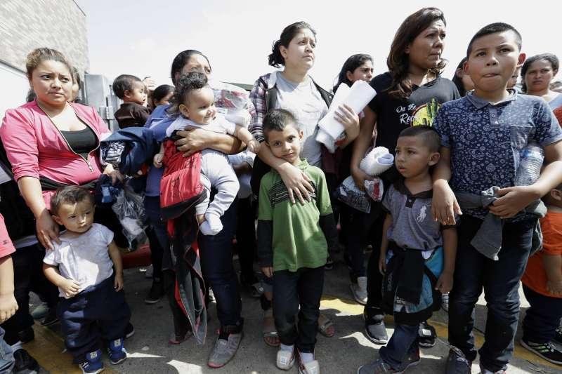 美國川普政府嚴厲執行防堵非法移民政策,訴諸刑事起訴,並不惜拆散移民家庭(AP)