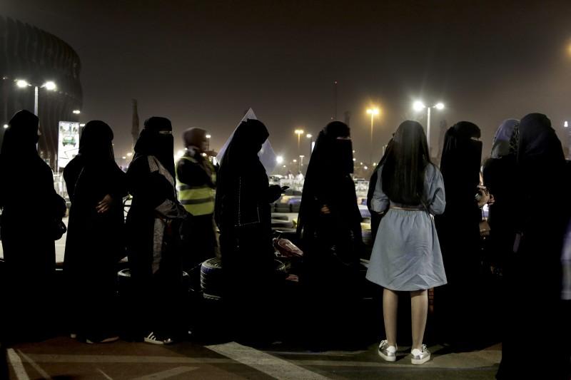 20180624,沙烏地阿拉伯女性排隊等著玩 go cart ,沙國女性駕車禁令解除。(美聯社)