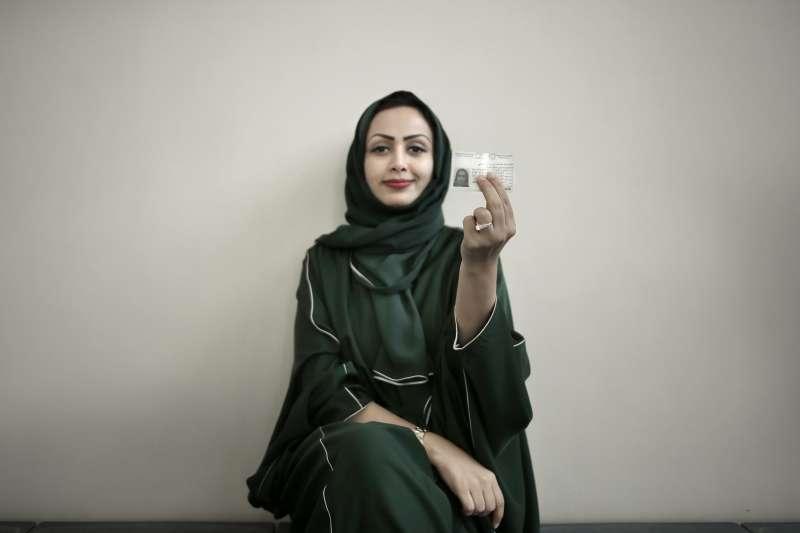 6月24日,沙烏地阿拉伯女性駕車禁令解除,女性也能考駕照(美聯社)