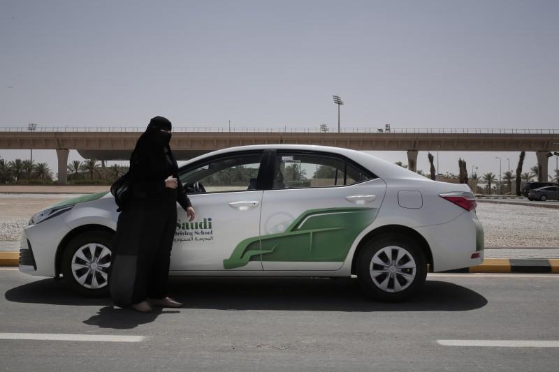 20180624,沙烏地阿拉伯女性駕車禁令解除,女性也能考駕照,各大學也成立女子駕訓班課程。(美聯社)