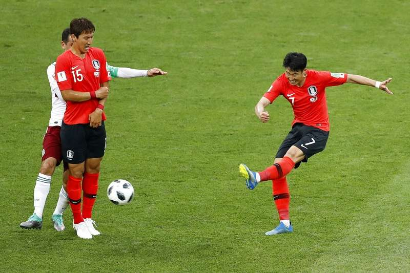 韓國孫興慜(右)於傷停補時射進一球,韓國仍以1-2吞下第二敗。(美聯社)