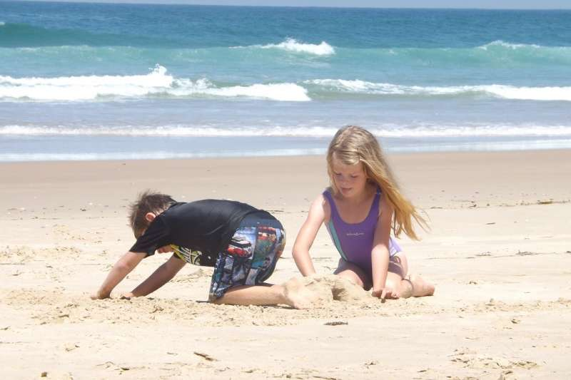 教孩子愛地球環保意識,不見得要捨近求遠去做淨灘活動,從日常生活中的周遭環境就能開始努力!(示意圖非本人/pixabay)