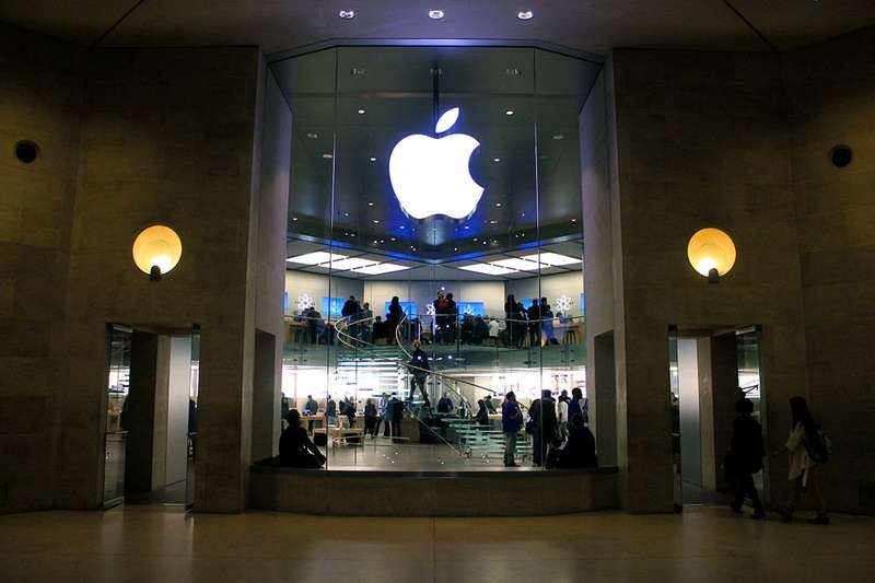 庫克延攬了美國前環保署署長成為蘋果永續長,推動一系列蘋果「綠」化的工作。(位於巴黎的蘋果直營店/取自維基百科)