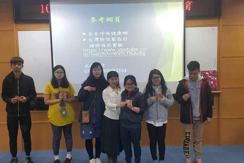參加菸害防治課程的獲獎同學合照。(圖/育達科大提供)