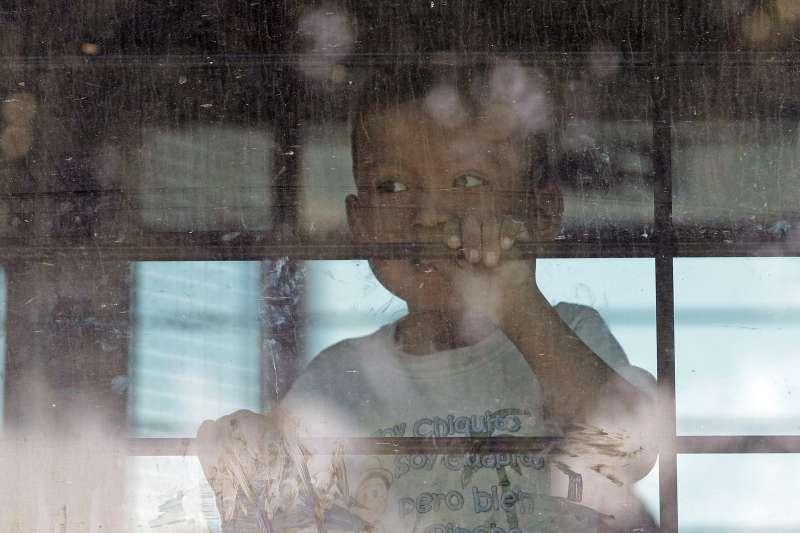 6月23日,美國德州邊境巡防隊的巴士上,一位與父母分開的未成年非法移民兒童望著窗外(AP)