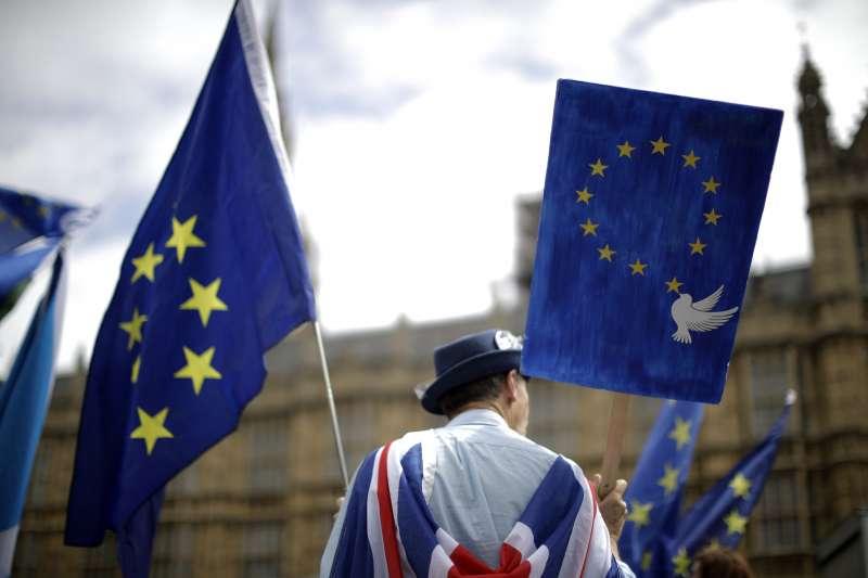 23日,十萬民眾湧入倫敦街頭反對脫歐。(美聯社)