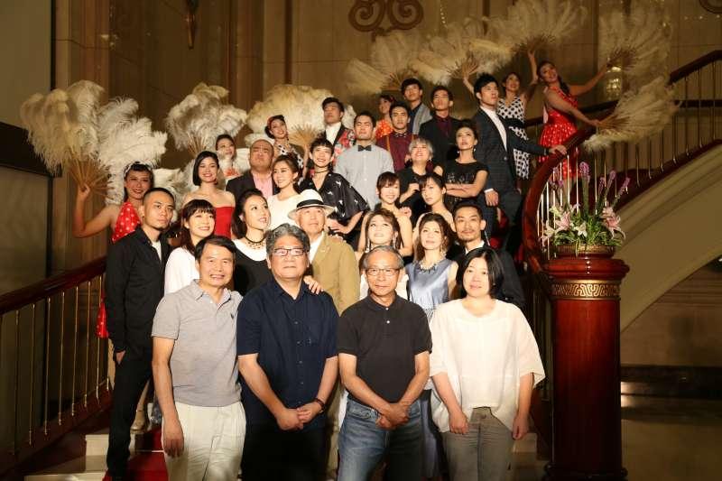 20180625-綠光劇團《再會吧北投》開演記者會,導演吳念真跟全體演員大合照。(綠光劇團提供)