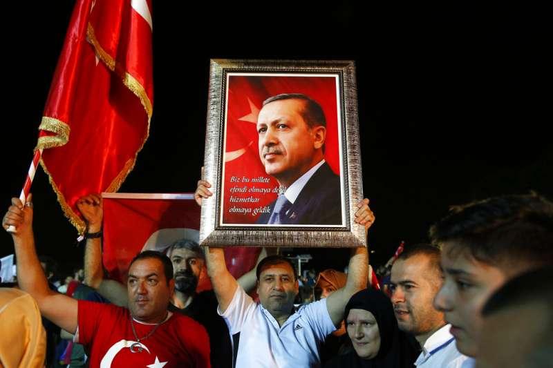 土耳其強人艾爾多安的支持者在街頭揮舞旗幟,慶祝艾爾多安勝選。(美聯社)