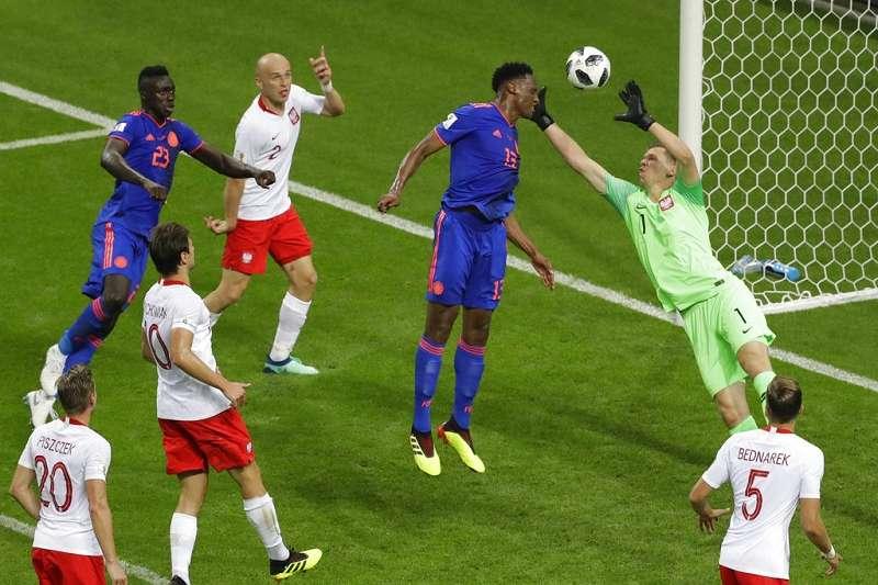 米納(藍衣右一)接獲J羅傳球頭槌破網,為哥倫比亞攻進第一球。(美聯社)