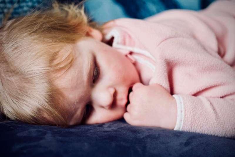 嬰幼兒的新陳代謝率較成人好,容易出汗,體溫平均37~37.5度相對較成人高,固然成為蚊子最愛吸血的對象。(示意圖/unsplash)