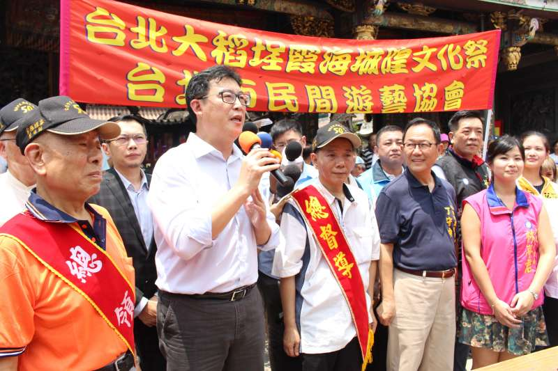 民進黨台北市長參選人姚文智(左2)參加「台北霞海城隍文化祭」,與國民黨參選人丁守中(右2)同台。(姚文智辦公室提供)