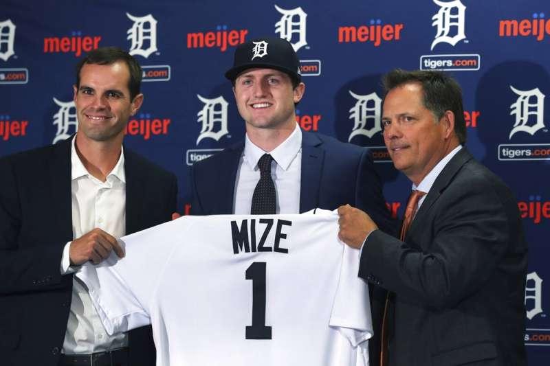老虎用750萬美元簽約金簽下右投手米茲(中)。(美聯社)