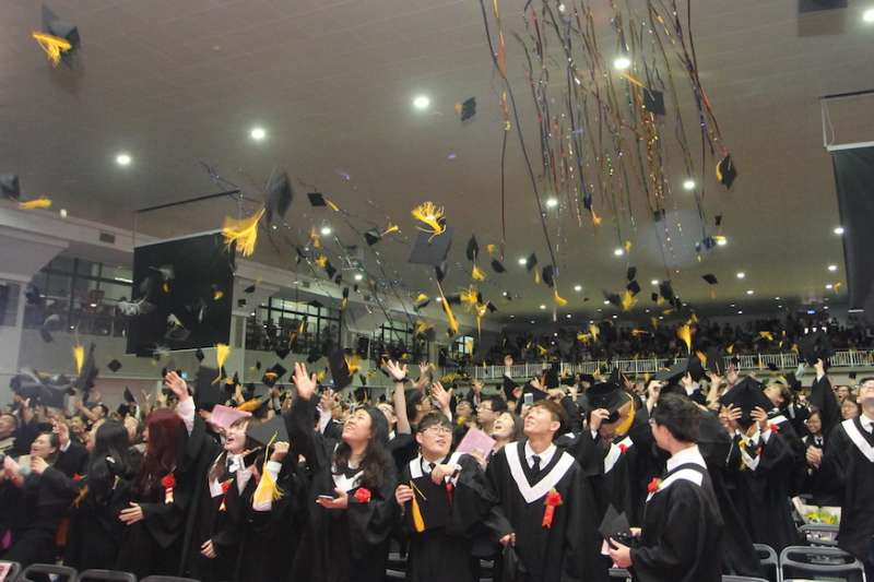 育達科大畢業典禮尾聲,所有畢業生一同朝空中拋出學士帽。(圖/育達科大提供)
