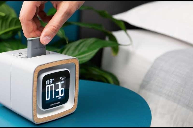 鬧鈴聲好吵、聽了令人緊張,每天起床都好痛苦?法國新創想解決這問題,發明「氣味鬧鐘」讓你嗅著松木、咖啡香緩緩甦醒,舒服迎接每天的開始。(圖/取自kickstarter)