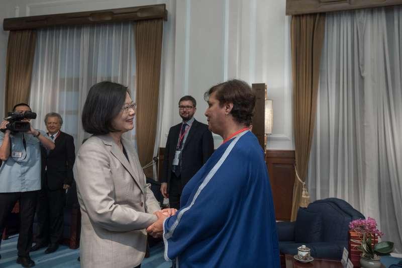 總統蔡英文(左)接見臺灣民主基金會創會15週年國際會議與會全球智庫、專家學者。(總統府提供)