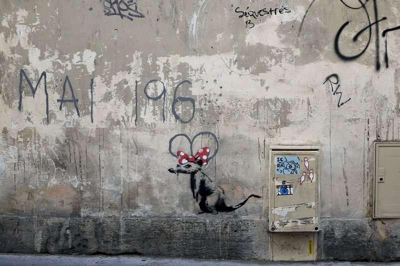 2018年6月25日,英國知名街頭藝術家班克西(Banksy)在巴黎的最新塗鴉,在「1968年5月」的8畫上一隻老鼠。(AP)