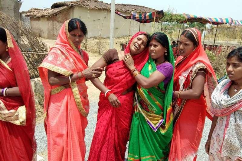 五月,印度賈坎德邦一名16歲少女被姦殺,家人傷心痛哭。(BBC中文網)