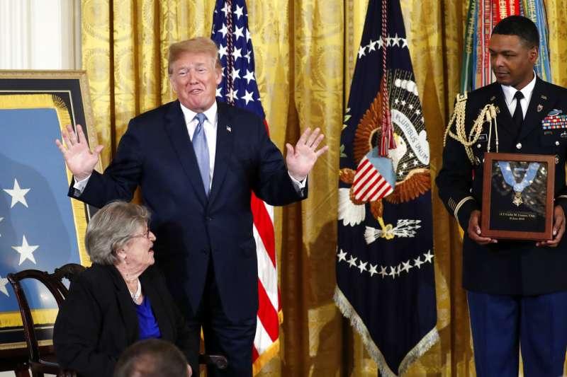 川普總統在白宮東室把「榮譽勳章」授予二戰期間英勇戰鬥的格爾林・康納中尉。康納的遺孀葆琳・康納代表已故的丈夫接受勳章。(美聯社)