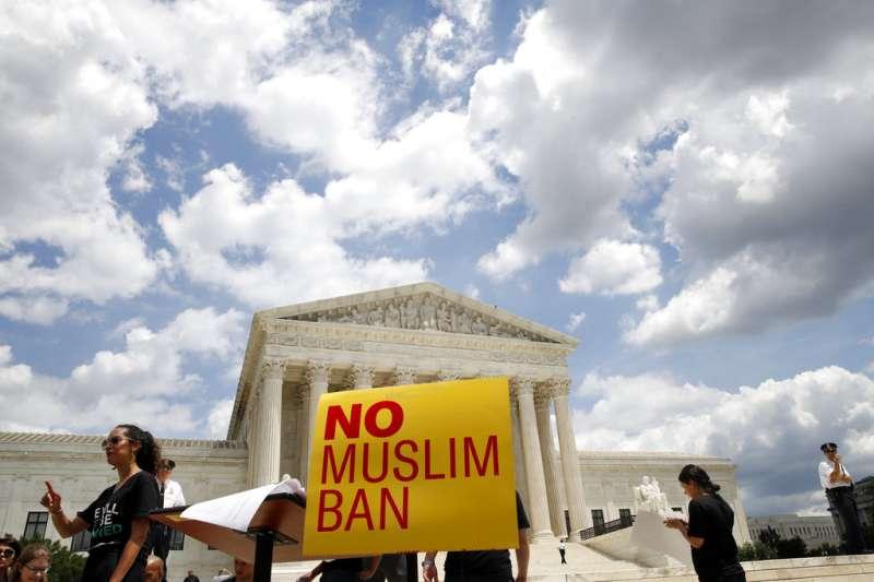 反對穆斯林禁令的民眾在聯邦最高法院外示威。(美聯社)
