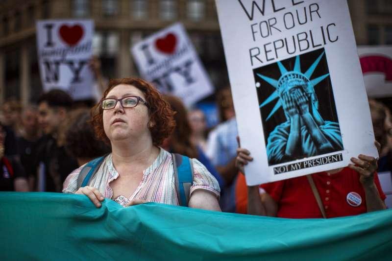 反對穆斯林禁令的民眾上街示威。(美聯社)