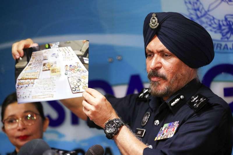 2018年6月27日,馬國全國警察總部商業罪案調查部總監阿瑪星召開記者會,出示從前總理納吉家中搜出的珠寶相片。(AP)