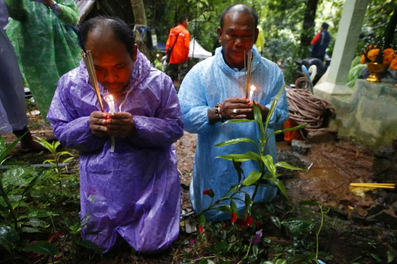 泰國學生足球隊失蹤,家長跪地祈禱。(AP)