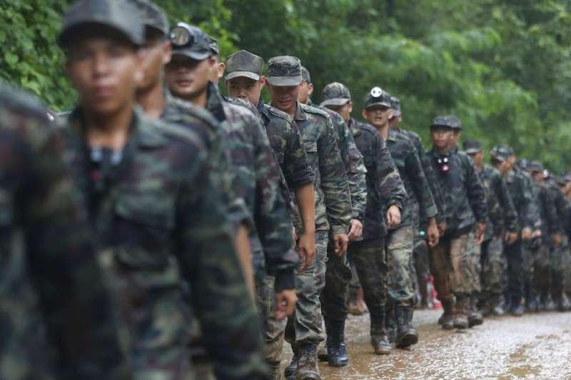 泰國足球隊受困地下洞窟,當局動軍隊搜救。(AP)