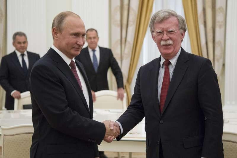 雙普會:美國白宮國家安全顧問波頓(右)與俄羅斯總統普京(AP)