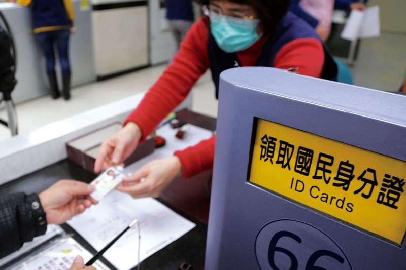 行政院會22日通過,數位身分證將結合國民身分證與自然人憑證,預計明年10月起換發。(新新聞資料照)