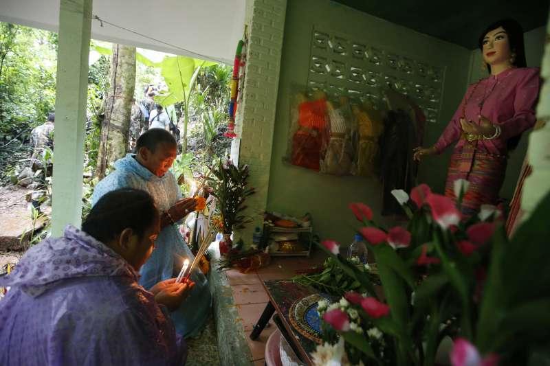 泰國青少年足球隊及其教練23日在清萊府美塞縣的洞穴失蹤,他們的家屬在據信守護當地洞穴的女神廟前祈禱,當地人相信該女神生前是死在洞穴中的古代公主(AP)