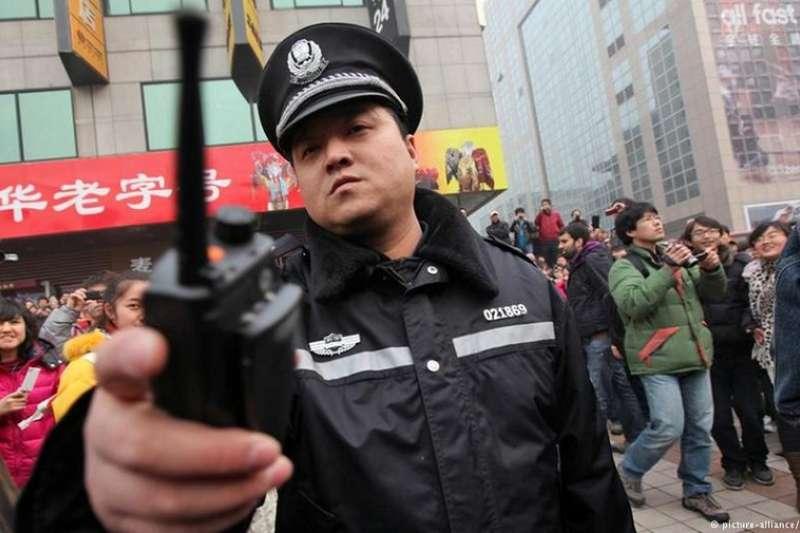 甘肅慶陽一位遭受班主任性侵的女生跳樓自殺,圍觀者的嘲諷引发輿論風波。(德國之聲)