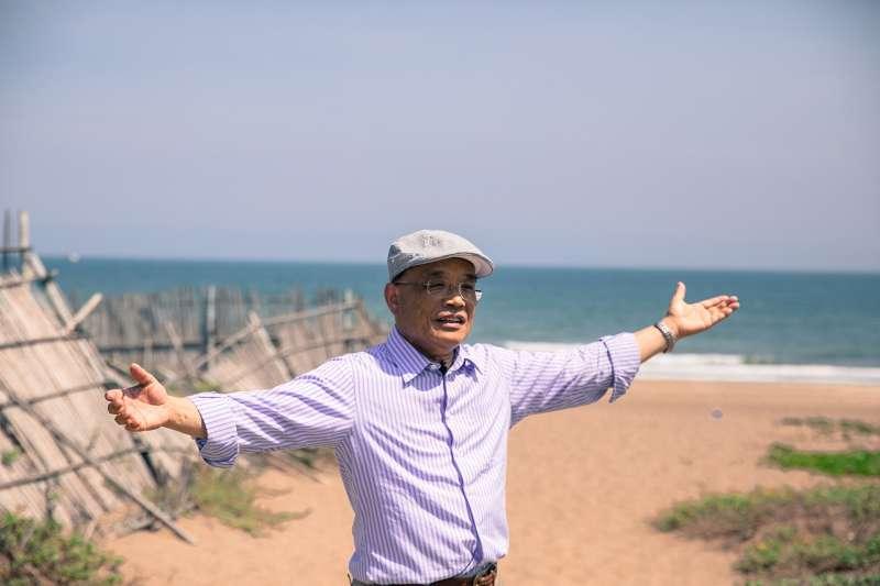 民進黨新北市長參選人蘇貞昌說,沙崙海水浴場白天有一望無際海洋、適合漫步的沙灘,晚上有浪漫星空,極具觀光發展潛力。(蘇貞昌辦公室提供)
