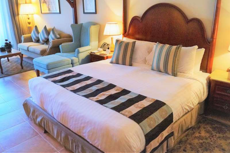 飯店床鋪會鋪上床尾巾,你知道它的正確用途嗎?(圖/ivabalk @pixabay)