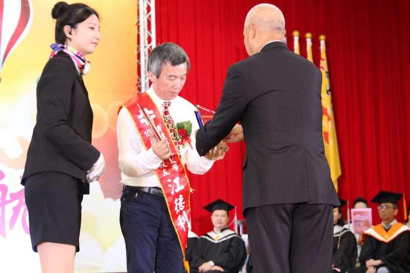 泰安觀止董事長江德利上台接受傑出校友表揚。(圖/育達科大提供)