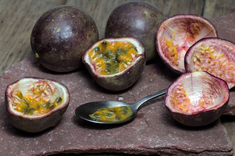 咖啡色外皮、鮮黃色的果肉,裡頭還有一顆顆數不清的黑色籽,嘗起來酸中帶甜。(示意圖/domeckopol@pixabay)