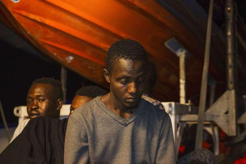 2018年6月25日,被義大利拒收的非洲移民終於被救上岸。(AP)