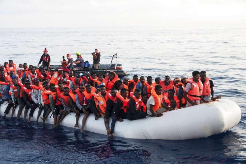 非洲移民跨越地中海,欲前往歐洲。(AP)