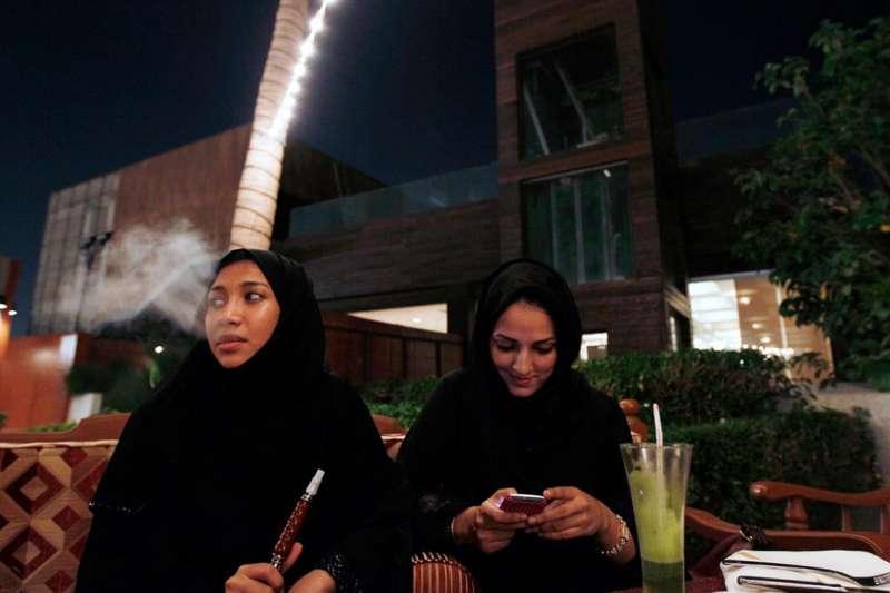 沙烏地阿拉伯西部港口城市吉達(Jiddah)一向較為開放,許多女性享受與朋友一起泡在咖啡館,甚至吞雲吐霧(美聯社)