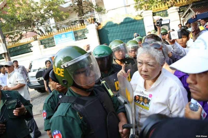 柬埔寨鎮暴警察與抗議者在金邊對峙。(Wikipedia / Public Domain)