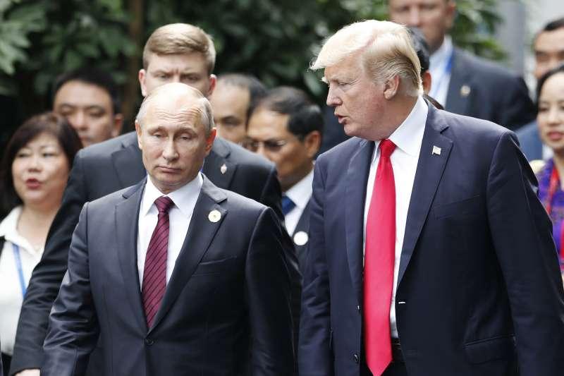 俄羅斯總統普京與美國總統川普岀席在越南舉行的2017年APEC峰會。(資料照,美聯社)
