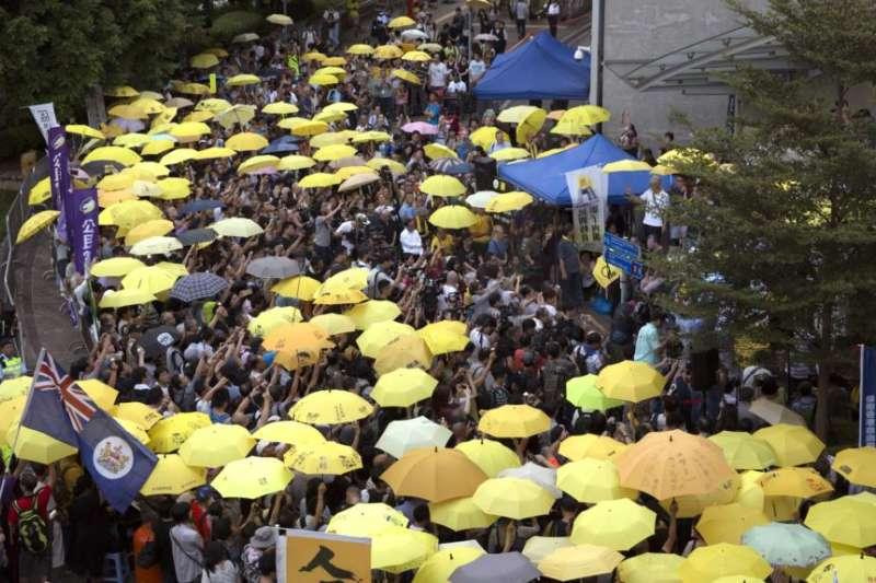 香港2017年9月民主派抗議者打起黃傘紀念佔中運動三週年。(美聯社)