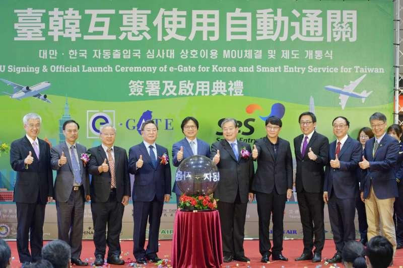 內政部長葉俊榮(中)主持「台韓互惠使用自動通關」儀式,未來台韓民眾可在對方機場享有自動通關的便利。(內政部提供)