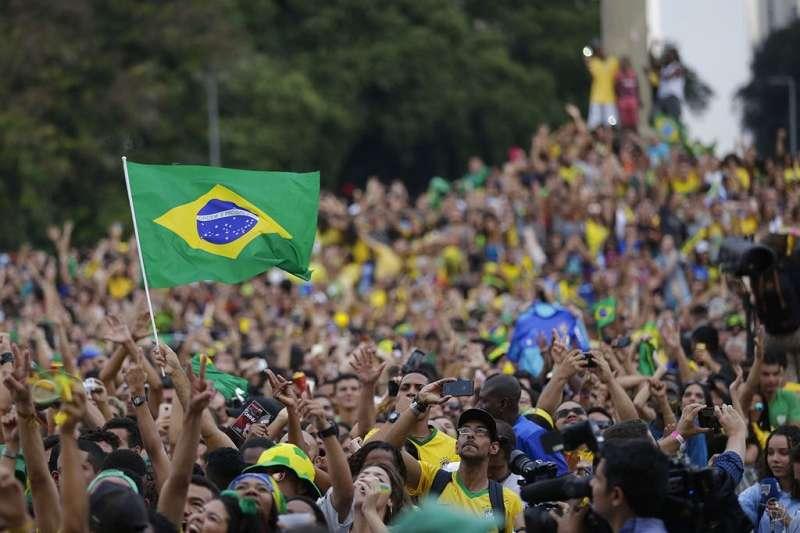 巴西E組第一位出線,球迷欣喜若狂。(美聯社)