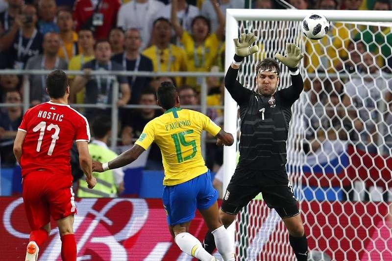 巴西第36分鐘保林尼歐(中),接獲一次隊友妙傳,並突如其來挑高射門角度,讓塞爾維亞門將斯托伊科維奇措手不及,巴西先馳得點1-0領先。(美聯社)