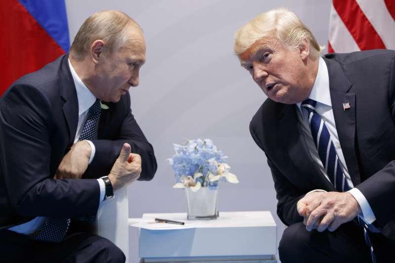 2017年7月7日,美國總統川普與俄羅斯總統普京在德國漢堡首度會面,兩人握手並稍做寒暄。(美聯社)