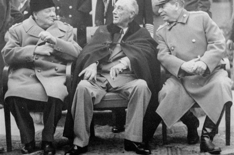 1945年雅爾達會議,世界三大強權領袖美國總統羅斯福、英國首相邱吉爾和蘇聯人民委員會主席史達林會面。作者指出,雅爾達密約中,中國人沒有出席,簽字,美國憑什麼代為決定,把俄軍引入我東北?然後,戰後竟然提議由中、美、蘇共管我東北?那是何等的衊視?(資料照,美聯社)