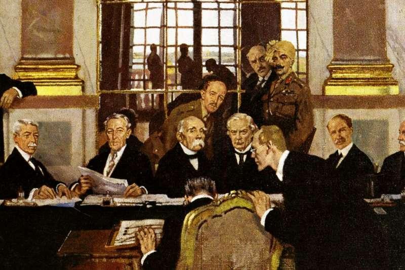 一戰結束後,約翰內斯·貝爾(德)於鏡廳簽署《凡爾賽條約》,其身前為各協約國代表。(取自維基百科公有領域)