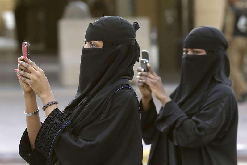 沙烏地阿拉伯王儲穆罕默德推動改革,希望讓更多女性投入就業市場,然而沙國女性在生活中仍舊面對重重限制。(美聯社)