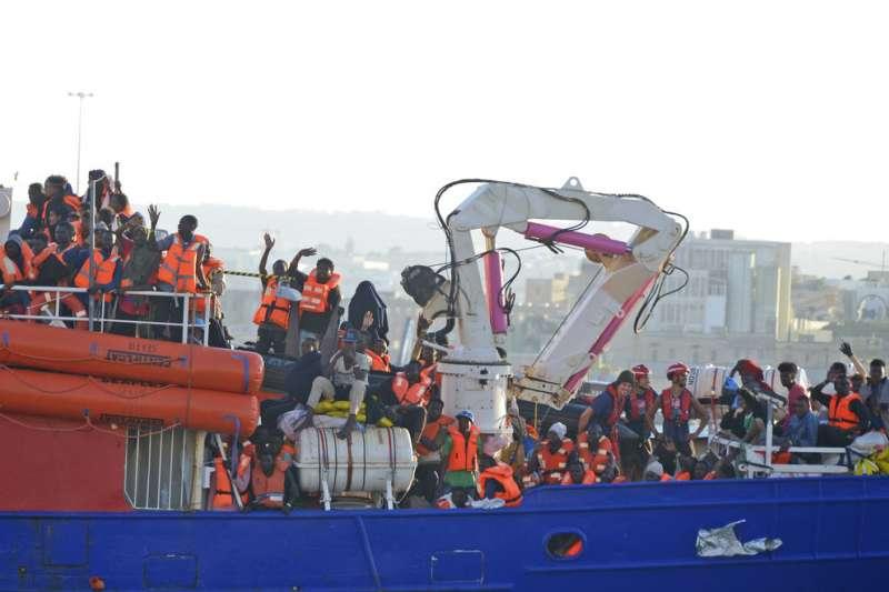 載有234名難民的「生命線」(Lifeline)救援船,慘遭義大利拒收,27日終於抵達馬爾他港口。(AP)