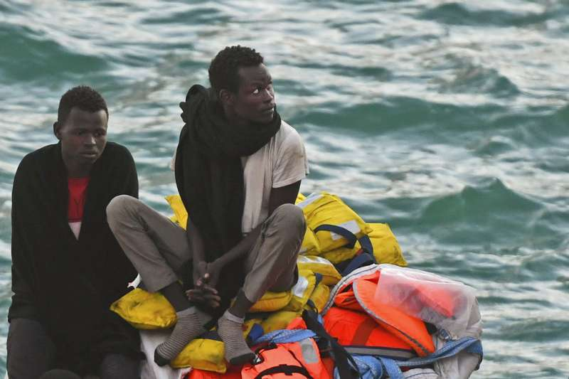 載有234名難民的「生命線」(Lifeline)救援船,27日抵達馬爾他港口,2位難民在船上等待。(AP)